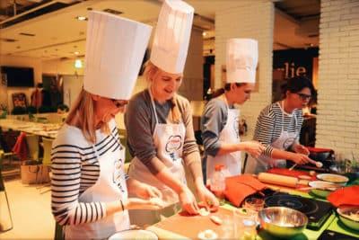 Las personas que aprenden habilidades culinarias al estilo polaco