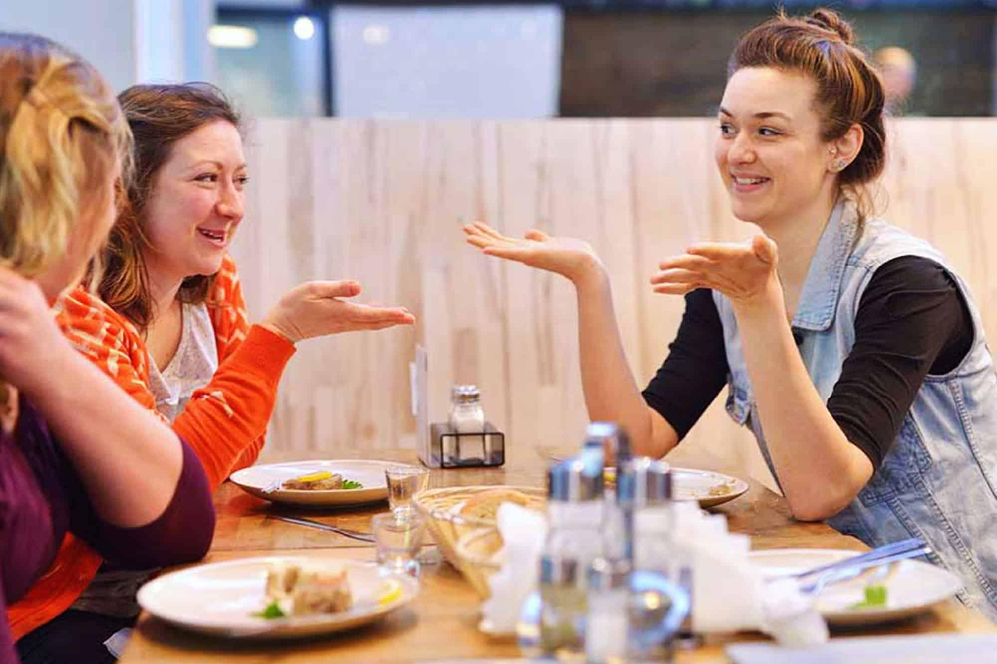 Varşova'daki Yemek Turunda Eğlenen İnsanlar