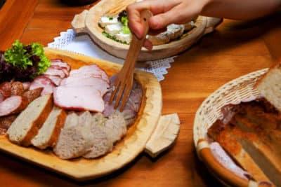 Délicieux plats lors d'une visite à Varsovie