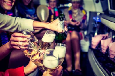 Bachelorette girls party öppnar en flaska i limo i Warszawa