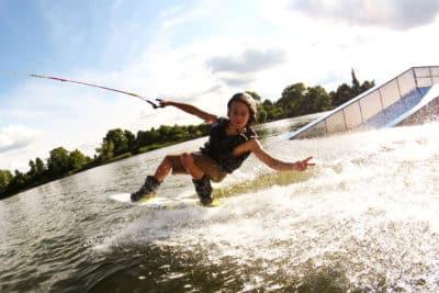 Person som har kul på wakeboard-upplevelsen i Warszawa