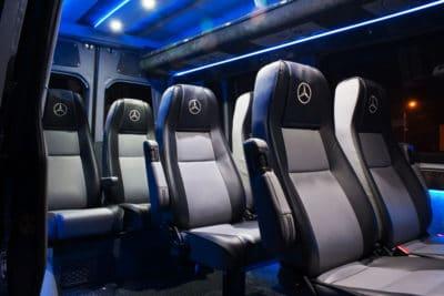 Assentos confortáveis em uma nova e nova transferência de modlin