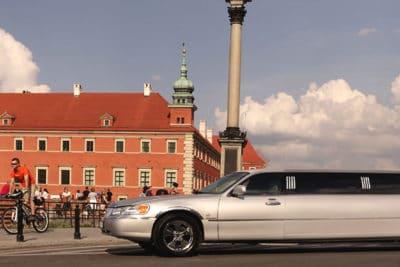 Modlin Airport transfer med vår Lincoln Limousine direkt till ditt boende i Warszawa