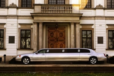 Bela transferência de limusina premium do aeroporto de Varsovia para o centro da cidade