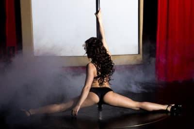Ciervo hacer actividad en un club de striptease