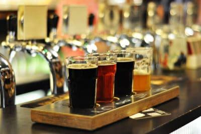 você gostaria de derramar a cerveja você mesmo? É uma experiência incrível que você pode experimentar em nosso tour de cerveja artesanal Varsovia