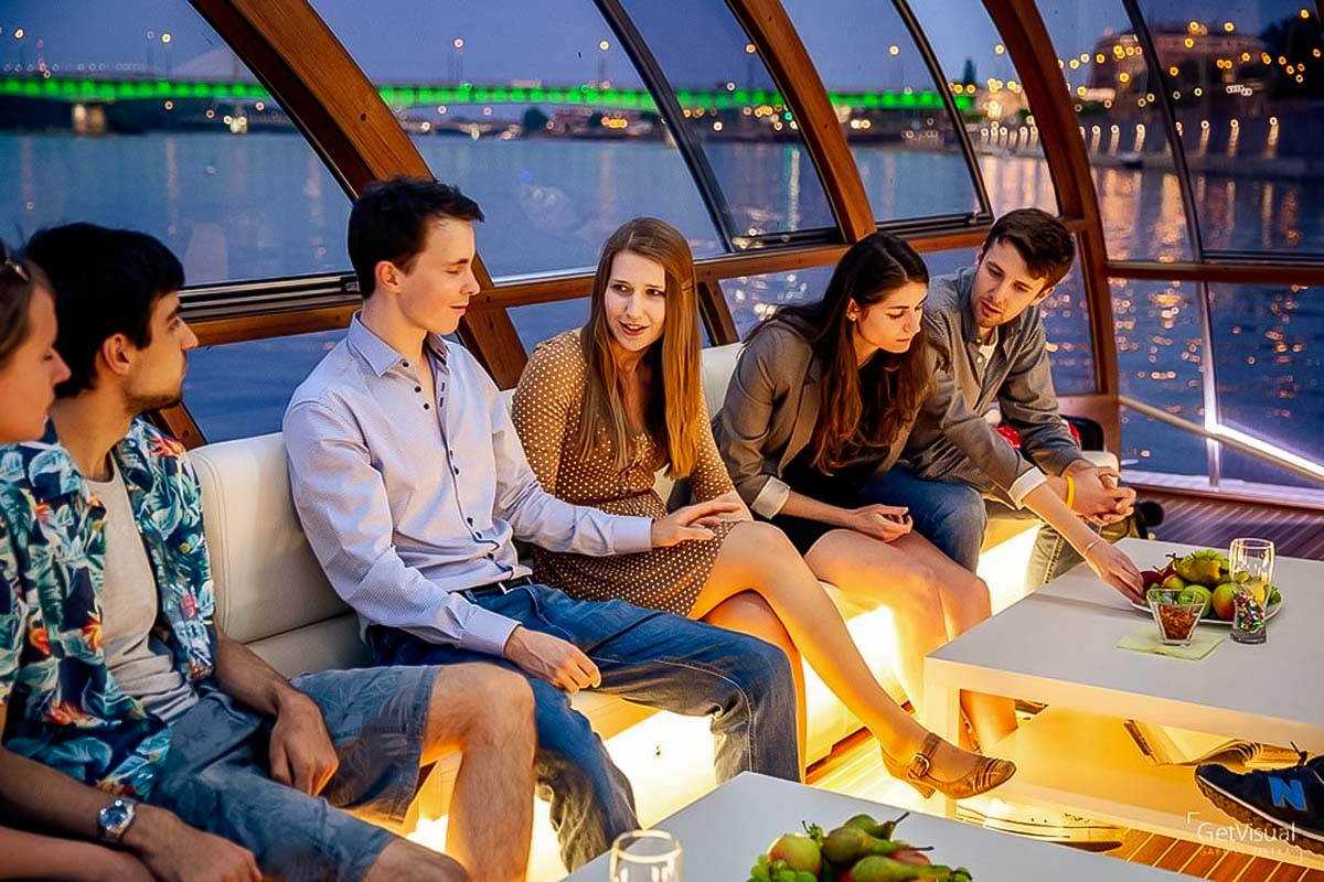 Have fun and enjoy your time during the evening Wisla boat tour in Warsaw