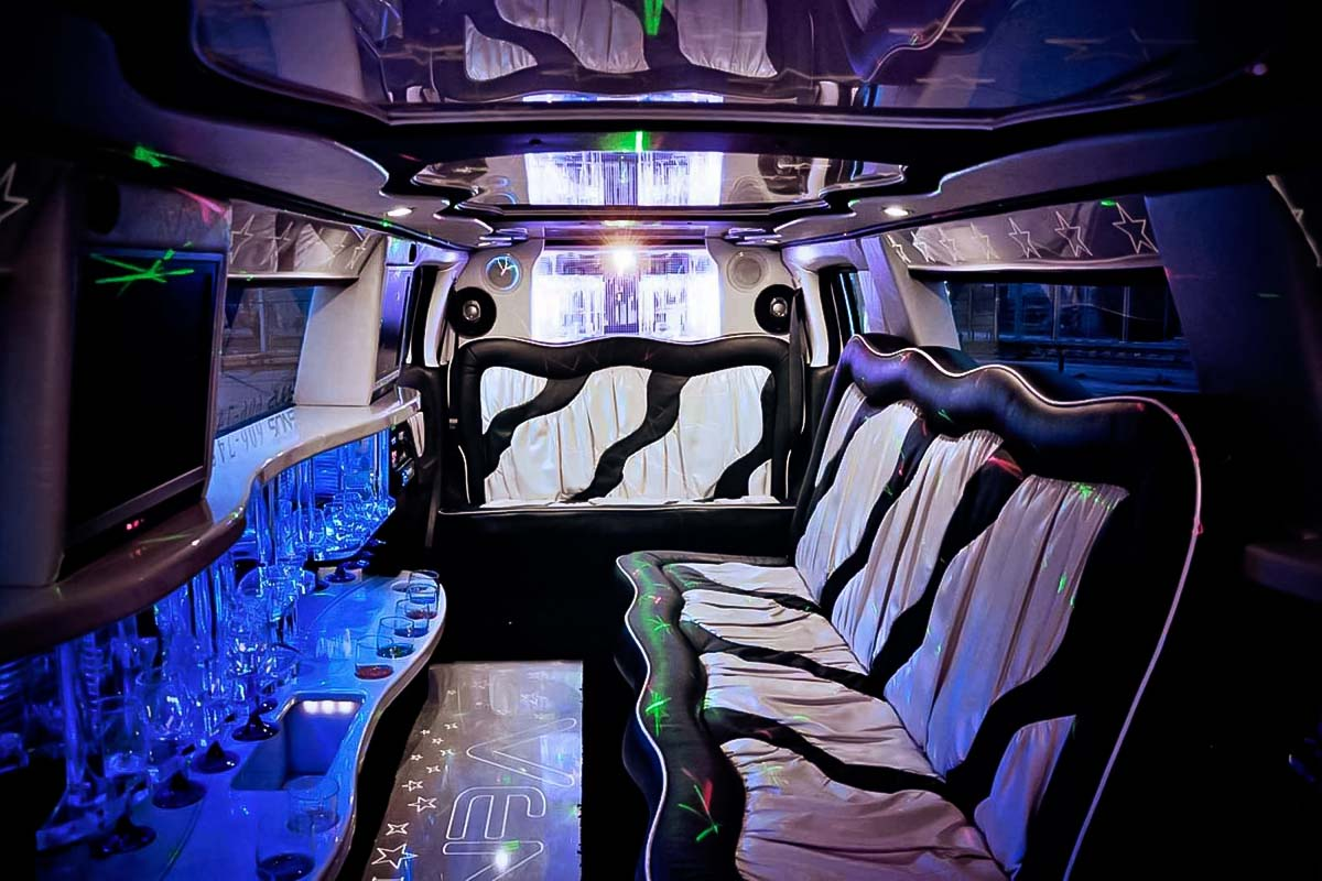 Interiores luxuosos de nossas limusines premium para transferência de aeroportos em gdansk