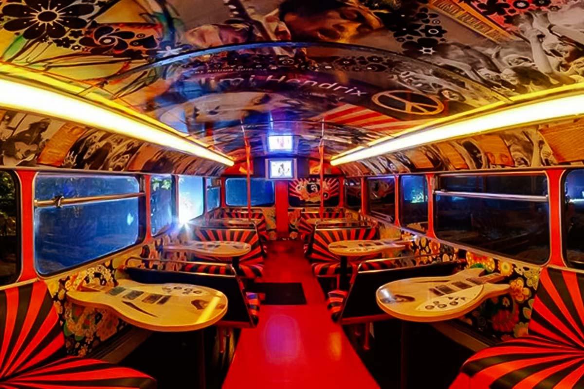 Interiores da nossa festa de ônibus de dois andares em Varsóvia
