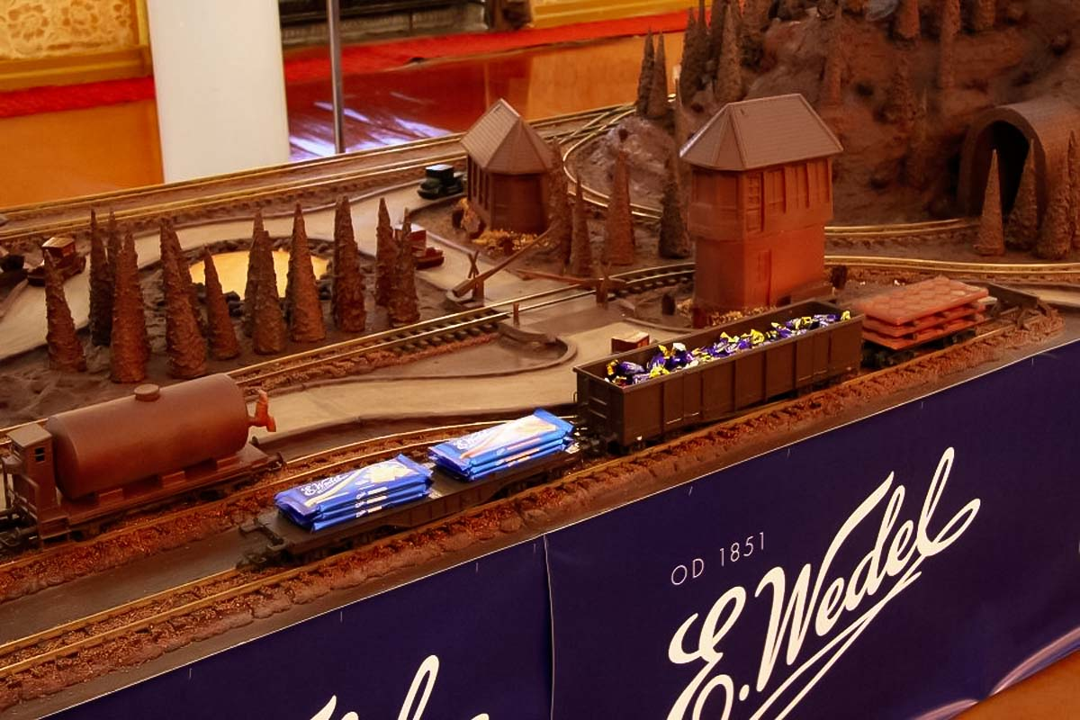 chocolate model - museum station warsaw-3