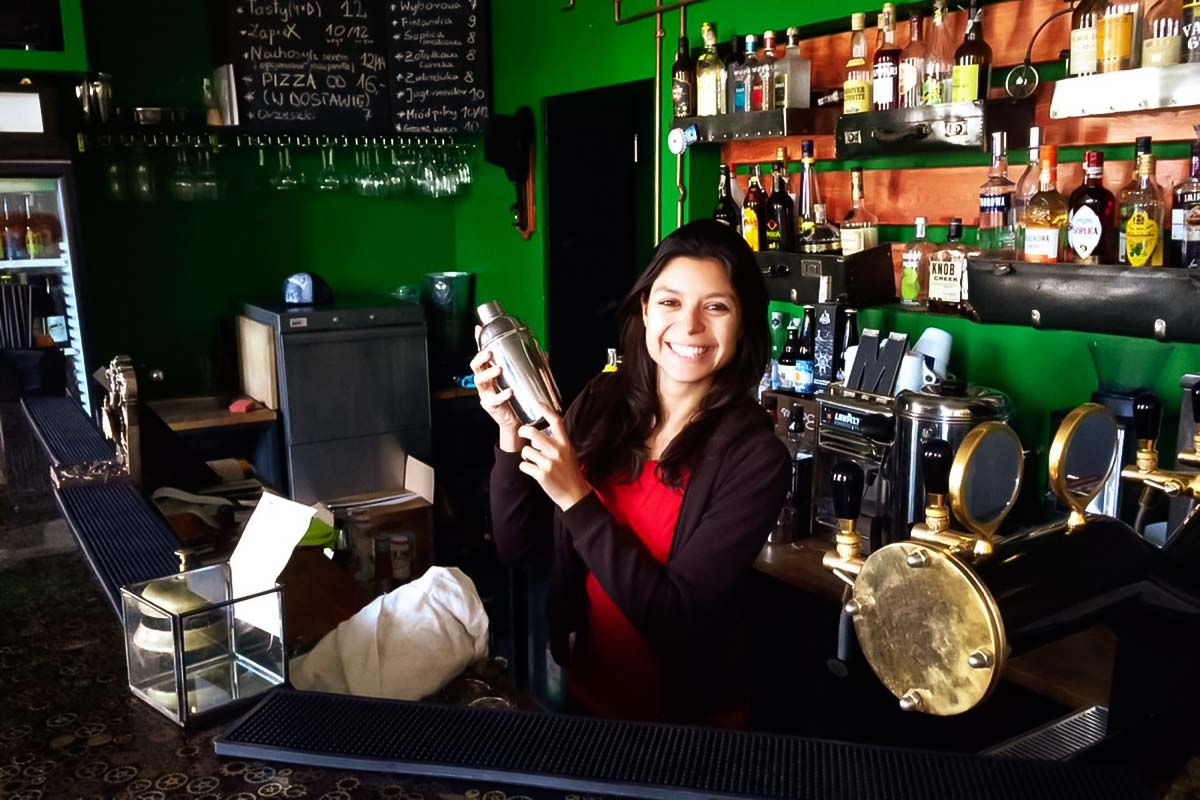 Oficina de coquetéis com um barman local
