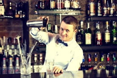 Boka nu en cocktail workshop i Warszawa med en professionell bartneder under din warsaw resa